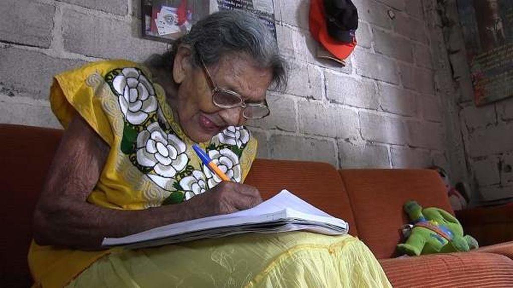 """""""Nunca es tarde para aprender"""": obtiene su título de secundaria a los 95 años"""