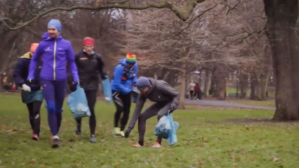 Hacer deporte y cuidar el medio ambiente: el 'plogging', el nuevo deporte que -tristemente- viene para quedarse