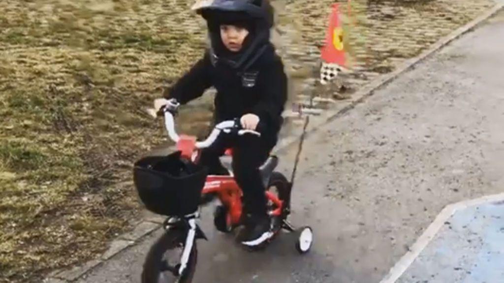 ¡La parada en boxes más tierna! El hijo de Räikkönen, de tres años, ya imita a su padre 😍