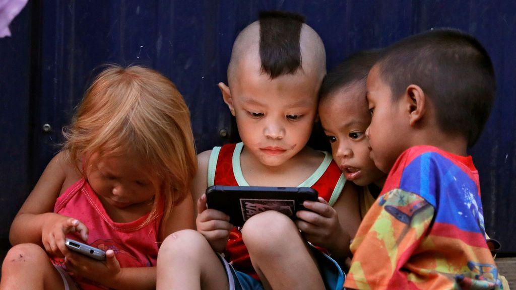 Jugar con el móvil en Manila