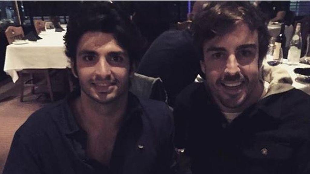 Carlos Sainz Jr. hace una 'peineta' a Fernando Alonso y el asturiano publica la foto en sus redes