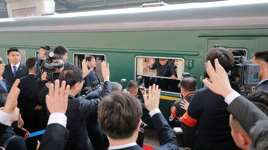 Los periodistas expectantes ante la visita en China de Kim Jong Un