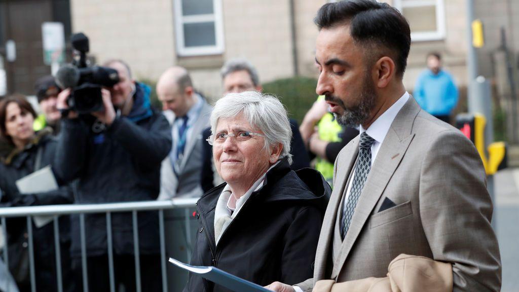 Clara Ponsatí se entrega en una comisaría de Edimburgo tras lograr más de 80.000 libras para su defensa a través del crowdfunding