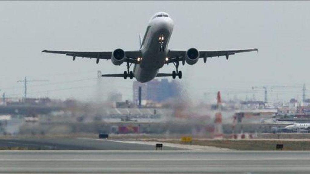Una cometa retrasa los vuelos y desvía el aterrizaje en el Aeropuerto de Valencia