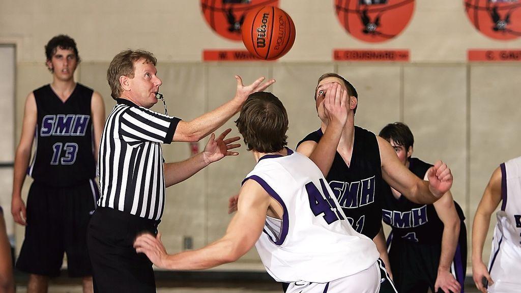 Eliminar el triple o prohibir la defensa en zona: las nuevas reglas del baloncesto base en EEUU