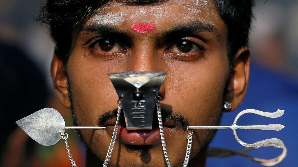 Un creyente hindú reza durante el festival Theru en Sri Lanka