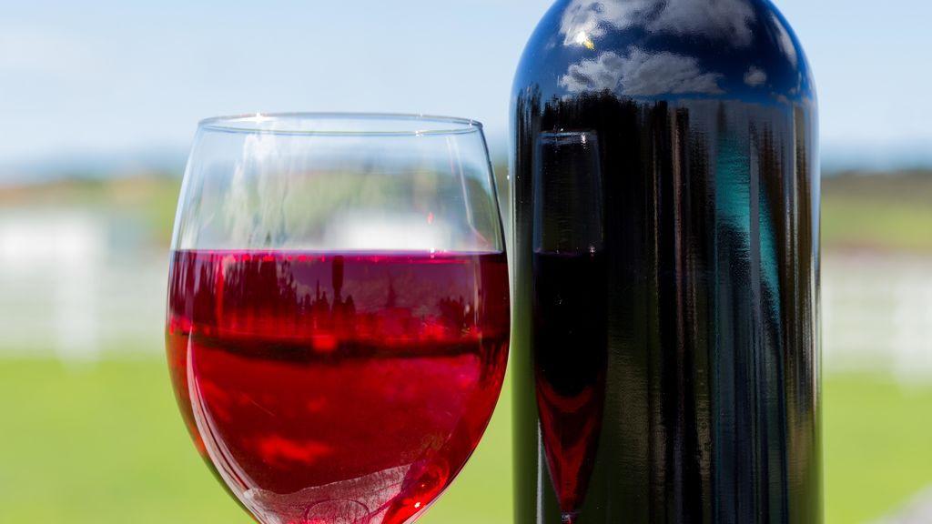 Un diario se disculpa tras ofrecer ganar una botella de vino a mujeres que hablaran de violencia machista