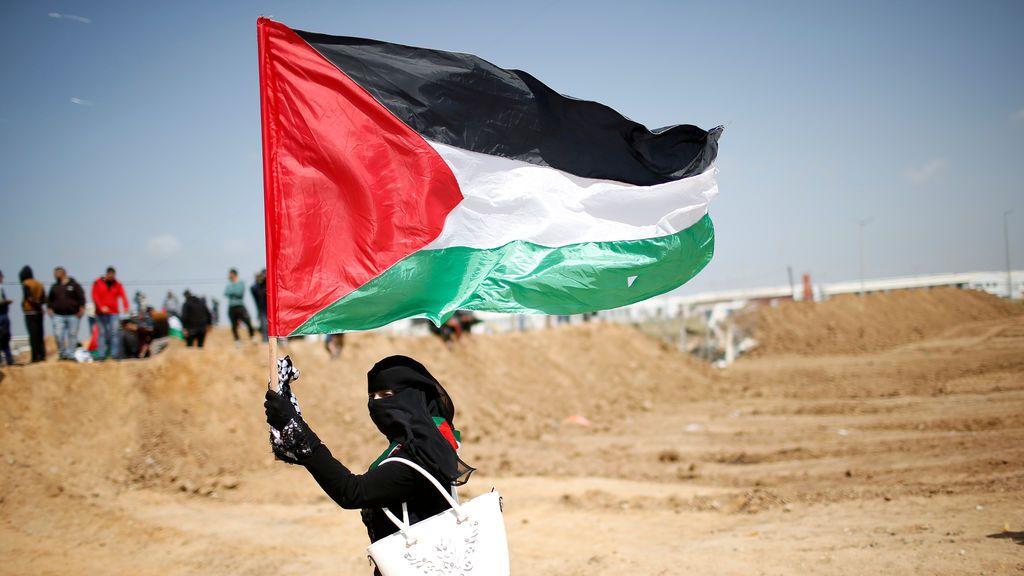 Una mujer palestina protesta contra la ocupación de Israel en la frontera de Gaza