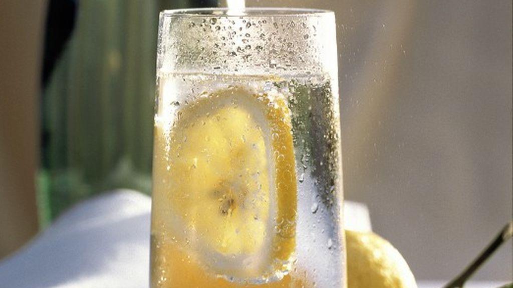 Nueve beneficios del agua con limón que aún no conocías