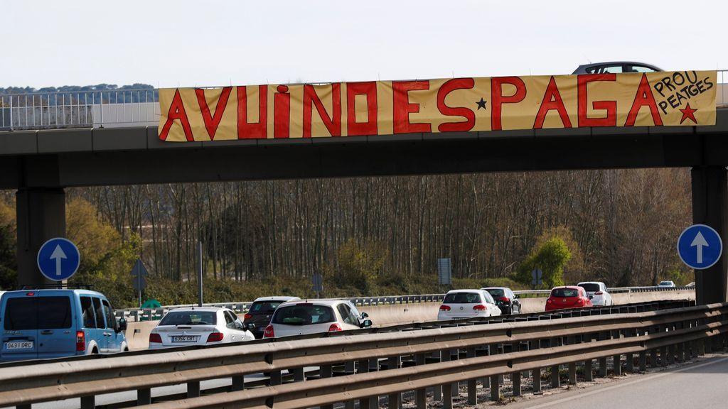 """Pancarta colocada por activistas de los Comités de Defensa de la República (CDR), en la que se puede leer """"Hoy no se paga"""", en el peaje de la autopista AP-7 a la altura de La Roca del Vallès (Barcelona)."""