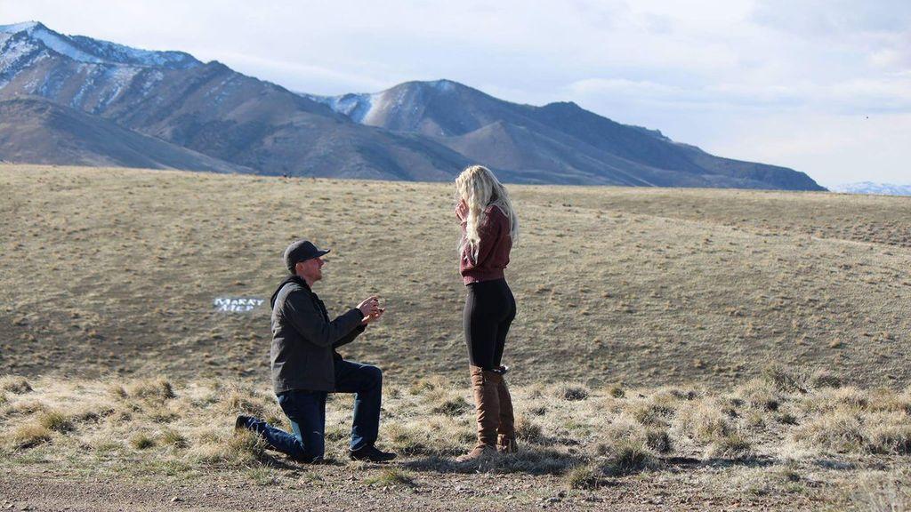 Le pide matrimonio a su novia y su suegro se presenta en la escena