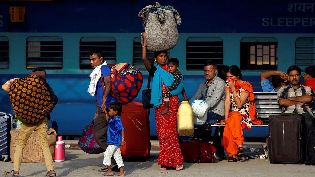 Viajeros en una estación india