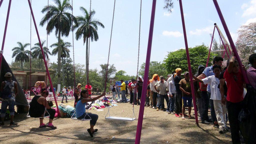 Migrantes esperan su comida en México