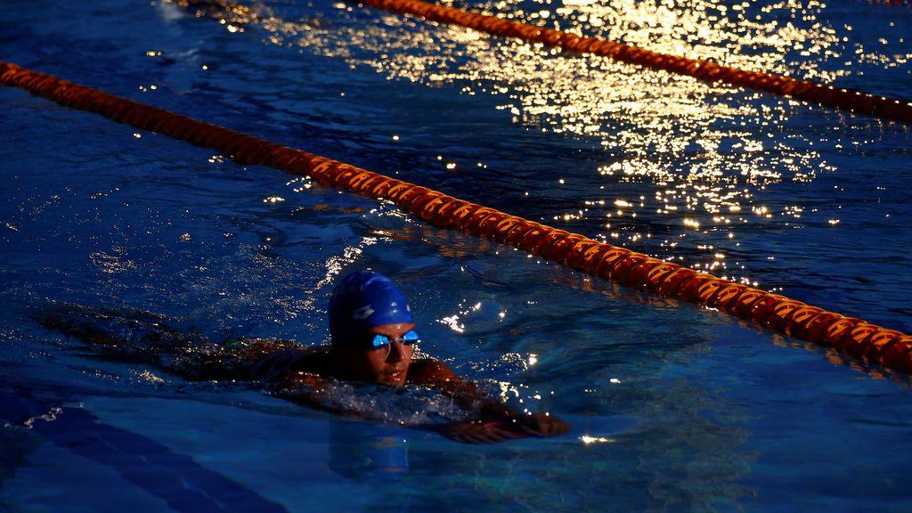 Un deportista entrena de noche