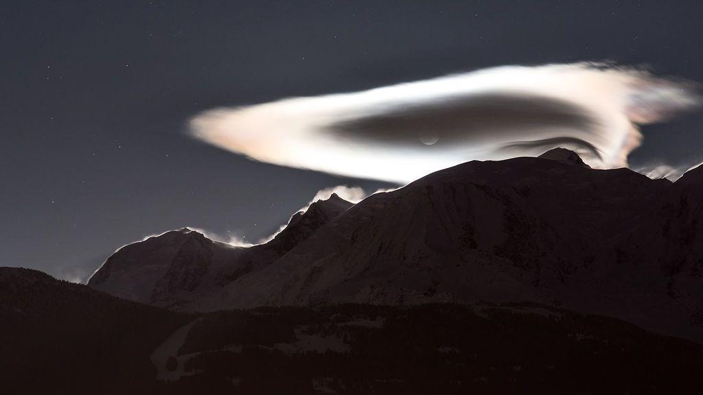 Tenemos el fotón: una nube lenticular con luna llena sobre el Mont Blanc