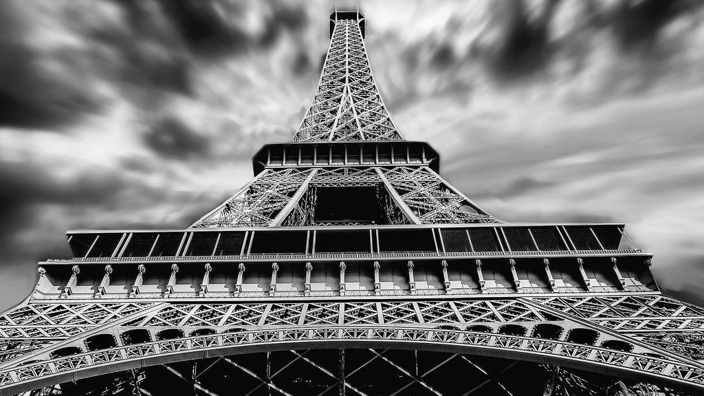 Un rayo hace 'saltar chispas' con la punta de la Torre Eiffel, la espectacular imagen parisina