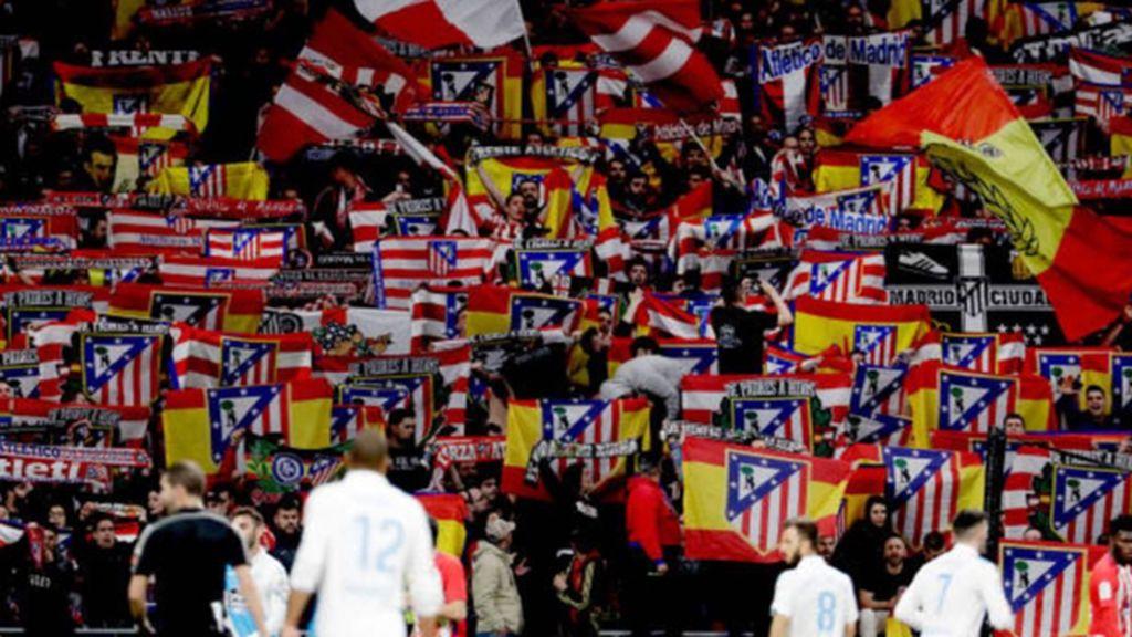 El Frente Atlético acude al entrenamiento del Atlético de Madrid con una pancarta reivindicativa del escudo