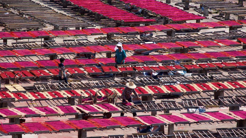 Impresionante imagen de varillas de incienso teñidas