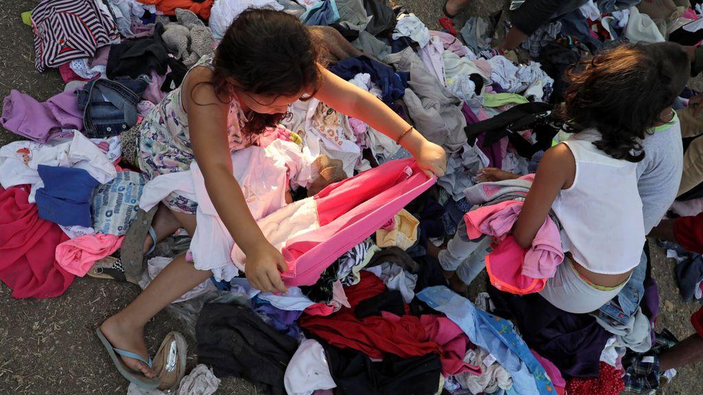 Niños migrantes reciben ropa donada