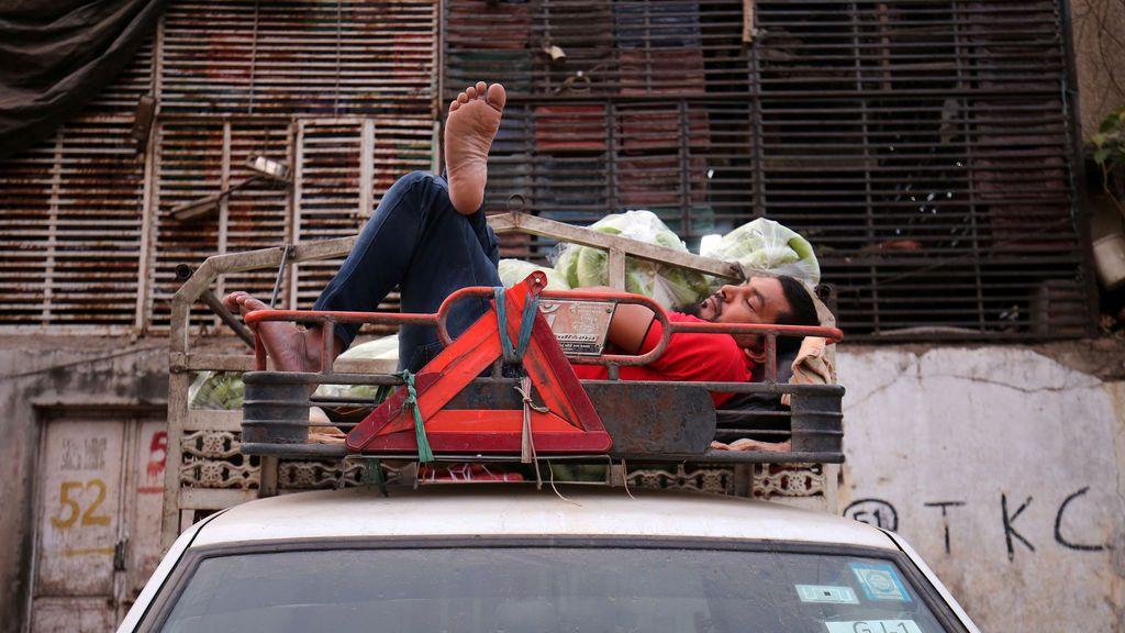 Un conductor descansa en su coche