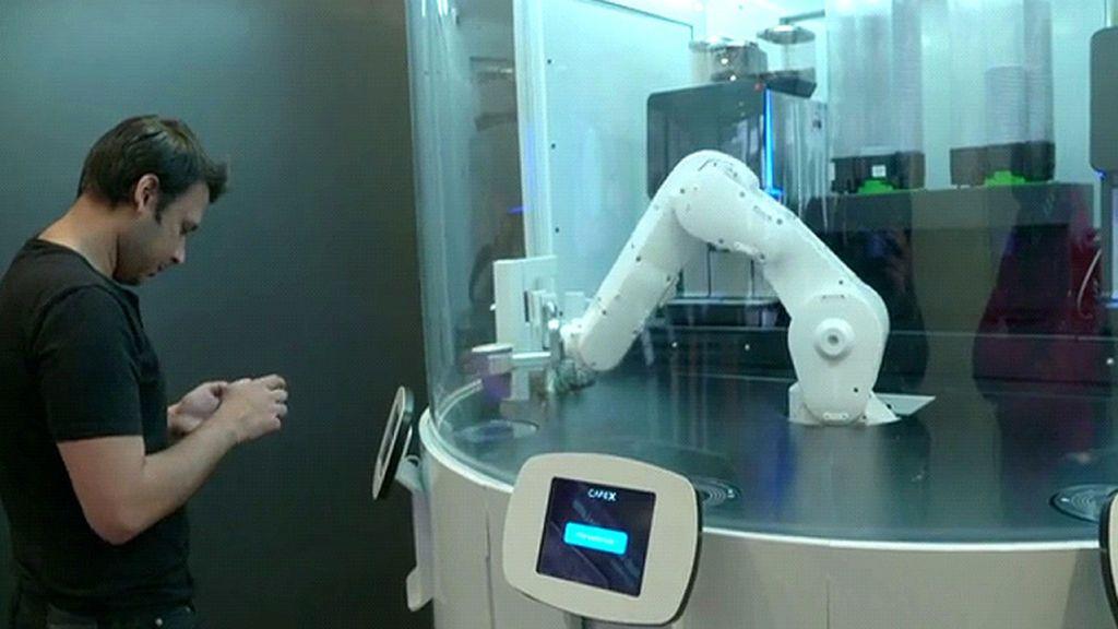 Conoce a Francisco, la mano robótica que te sirve café