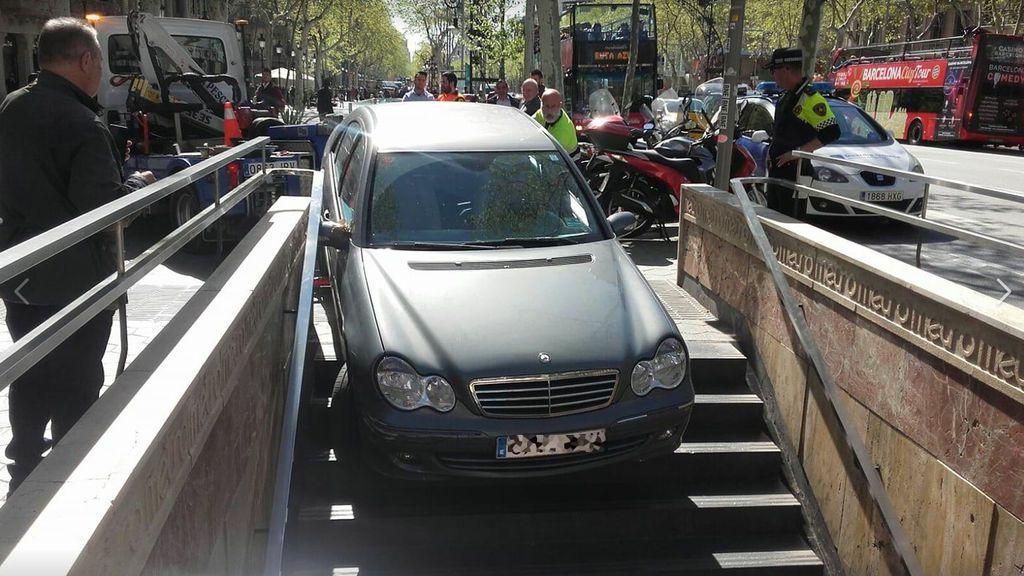Empotra el coche en el Metro de Barcelona al confundir el acceso con un parquin