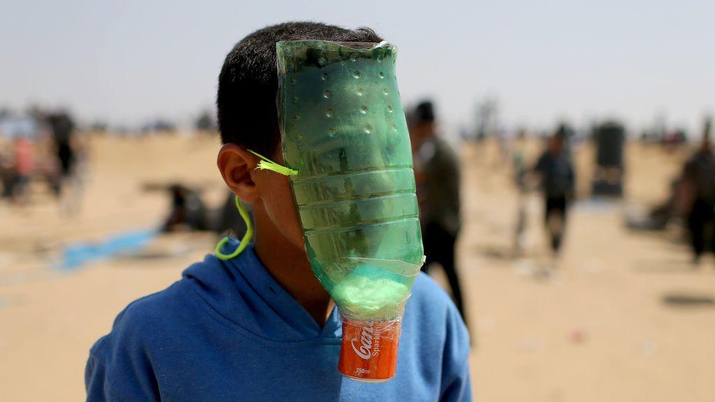 Un niño se protege de los gases lacrimógenos