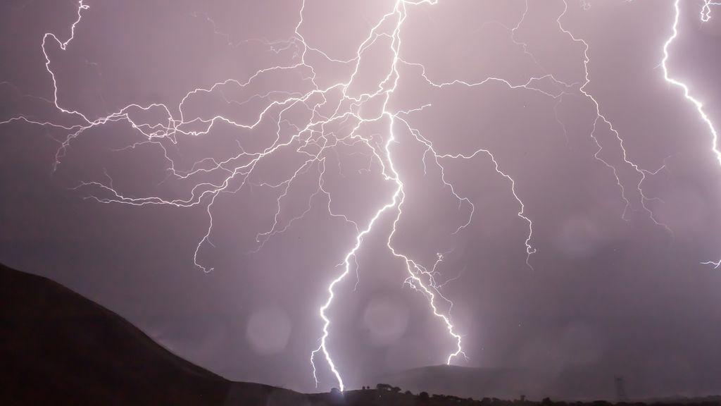 ¡Vuelven las tormentas eléctricas! Te contamos qué hacer si te pillan fuera de casa