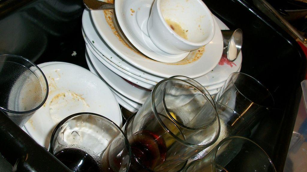 Ojo, los platos sucios pueden acabar con tu relación de pareja