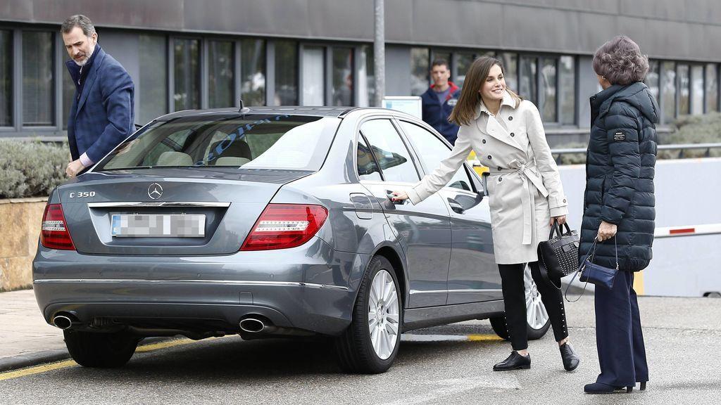 La polémica reaparición de la Reina Letizia y Doña Sofía, al detalle foto a foto