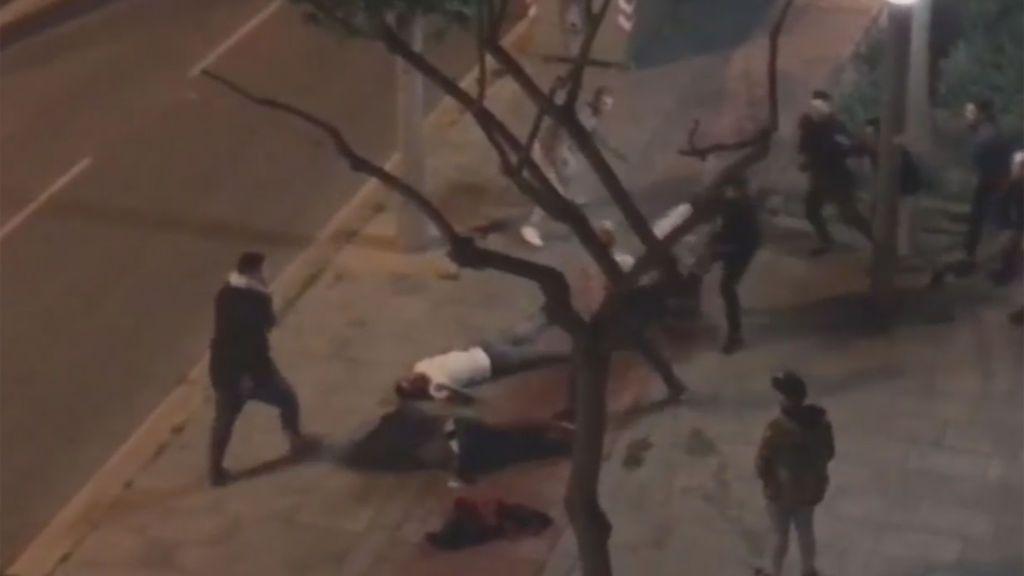 Tres heridos graves en una batalla campal entre aficionados ...