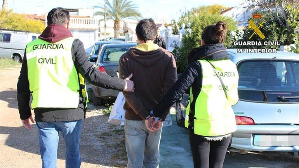 Detenidos dos jóvenes en Torrevieja por coaccionar a niñas para que les enviasen fotos íntimas