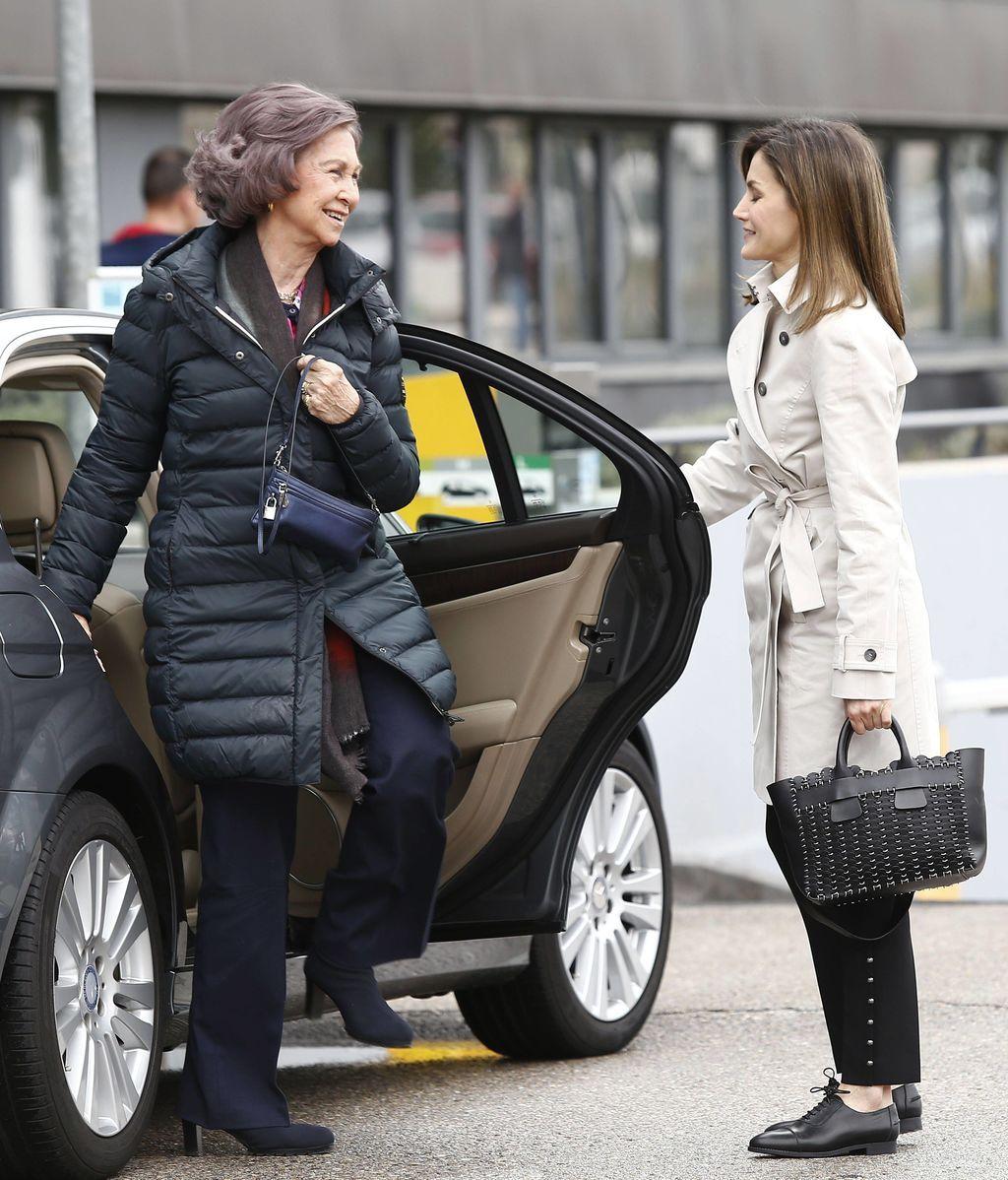 La polémica reaparición de la Reina Letizia y Doña Sofñia, al detalle foto a foto