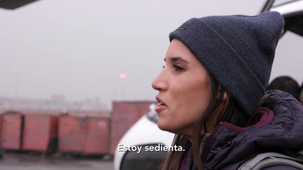 India Martínez conquista a los trabajadores de un aeropuerto cantando hindi
