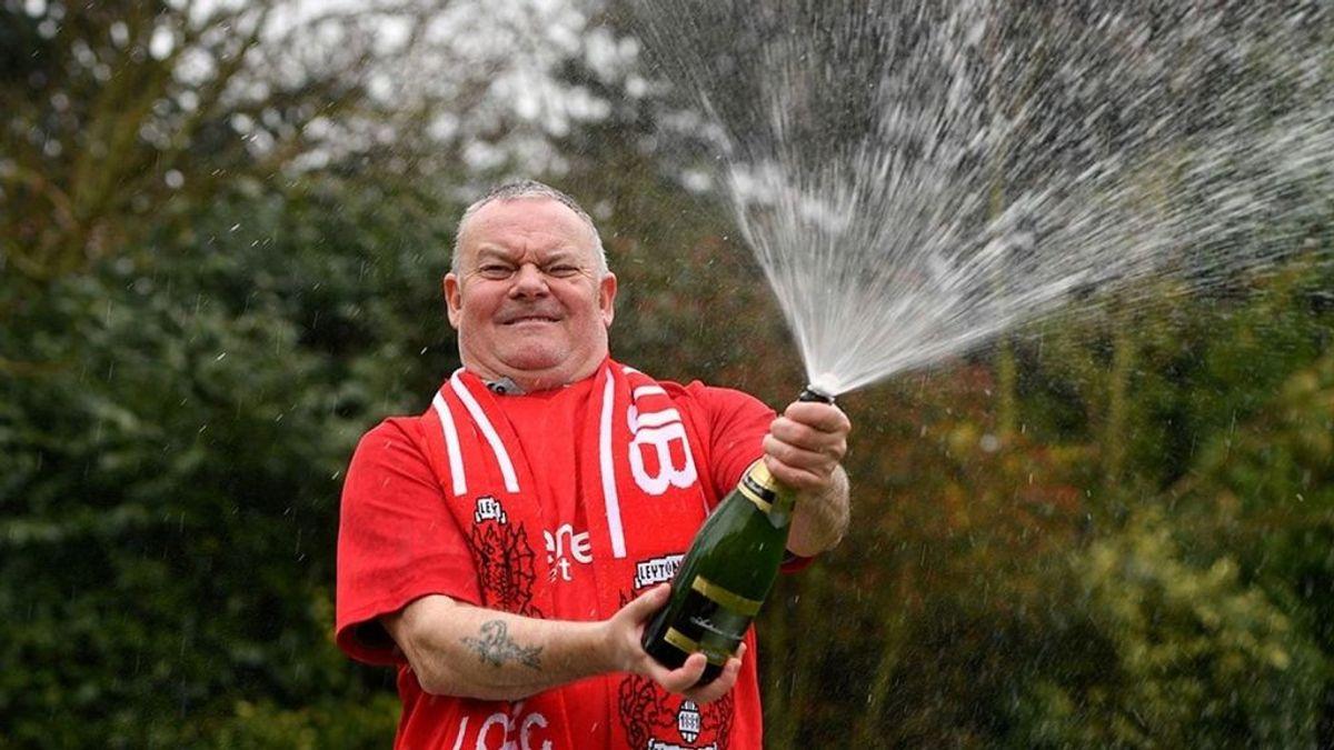 Se convierte en millonario gracias a emborracharse al celebrar una victoria de su equipo