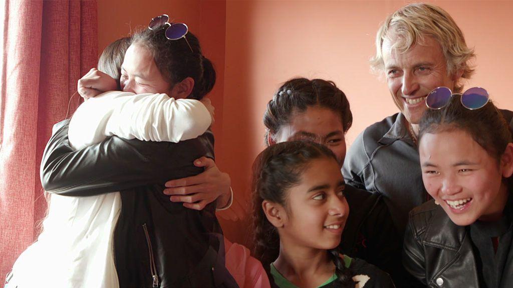 Calleja y unas niñas huérfanas se emocionan con el arte de India en una casa de acogida