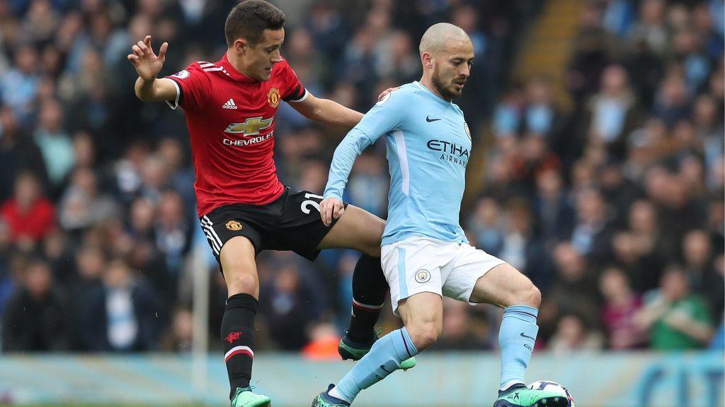 Acusan a Ander Herrera de escupir el escudo del City tras el derbi de Manchester