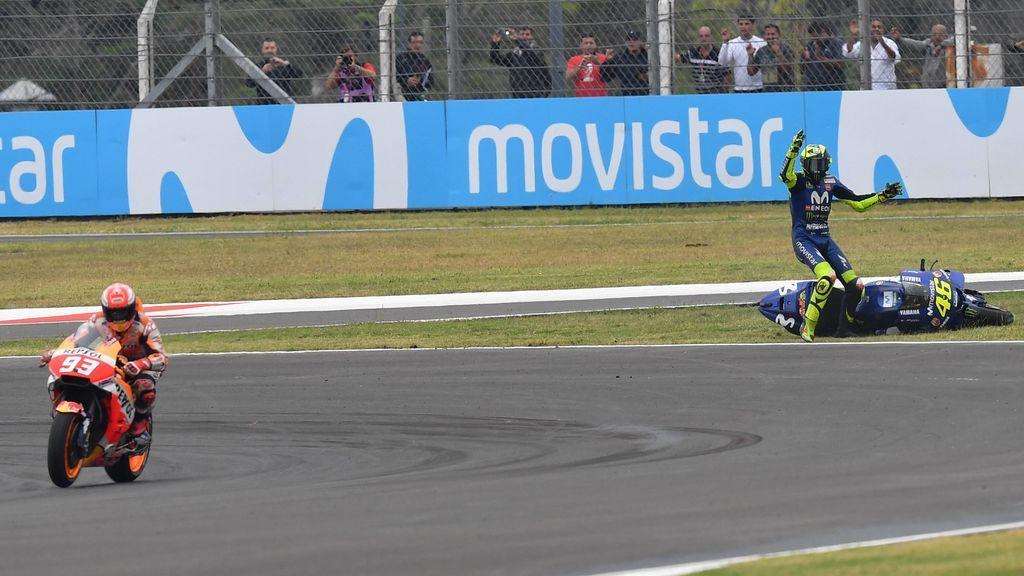 """""""¿Crees que estás jugando a la Play?"""": Márquez cuelga la primera foto tras tirar a Rossi y los seguidores del italiano la toman con él"""