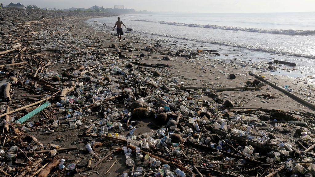 Una playa repleta de plásticos en Indonesia