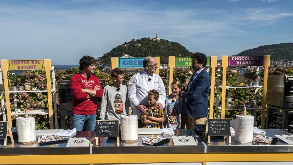 El chef Pedro Subijana, tres estrellas Michelín, junto a jurado y concursantes de 'Masterchef junior', en San Sebastián.