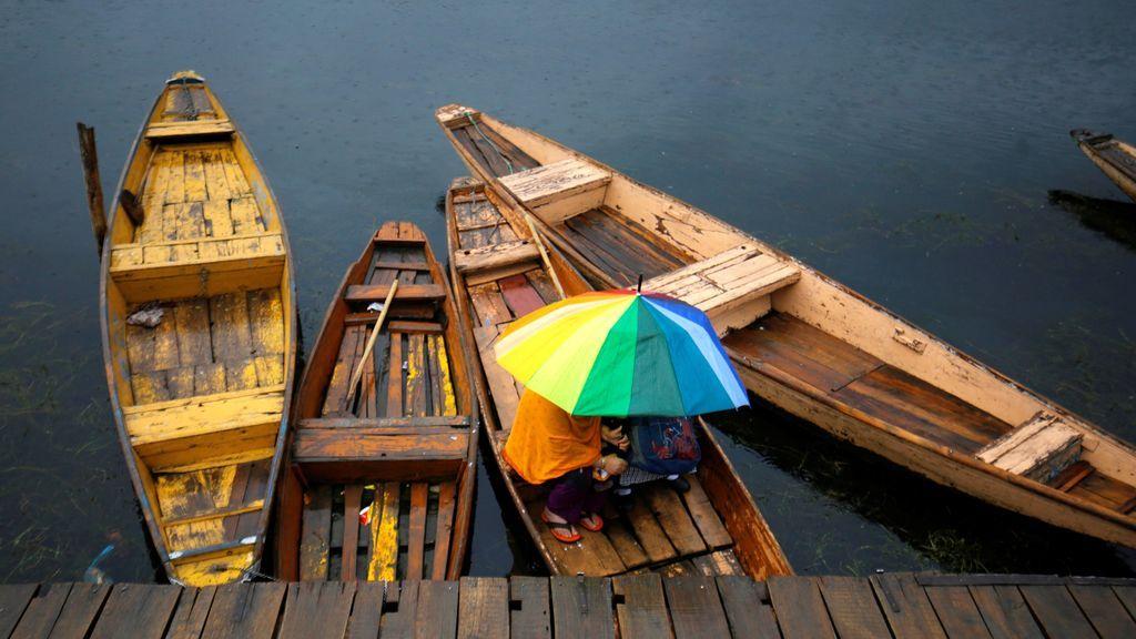 Lluvia sobre el lago Dal, en India