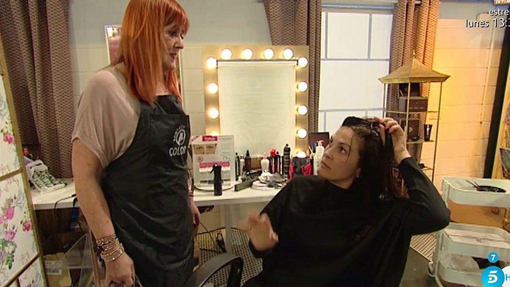 María monta un pollo en peluquería: ¡Su flequillo no se corta!