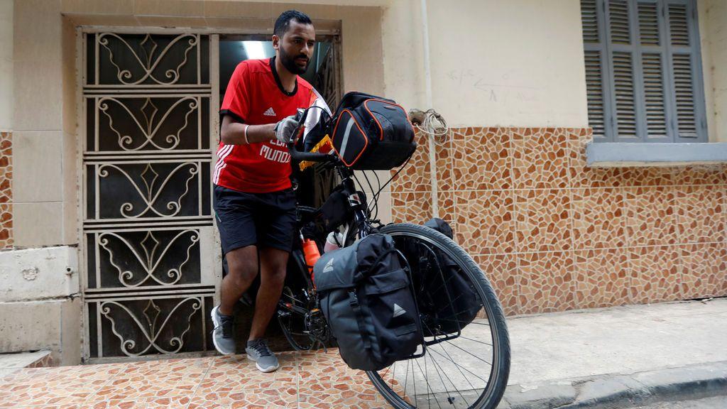 Un aficionado egipcio recorre 5.000 km. en bici para apoyar a su selección en el Mundial