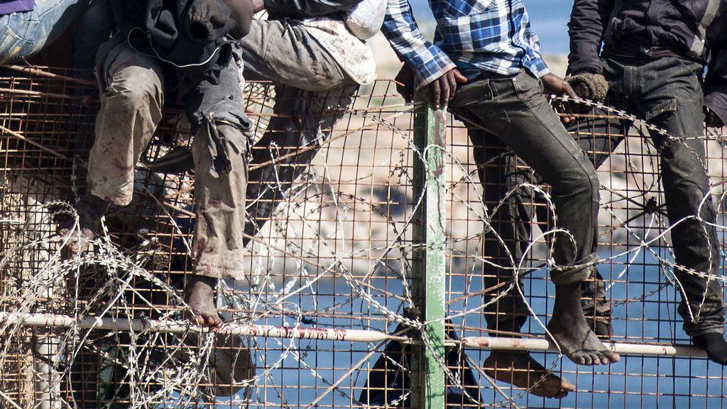Un menor guineano, hospitalizado con desgarros por todo el cuerpo tras caer de la valla de Ceuta