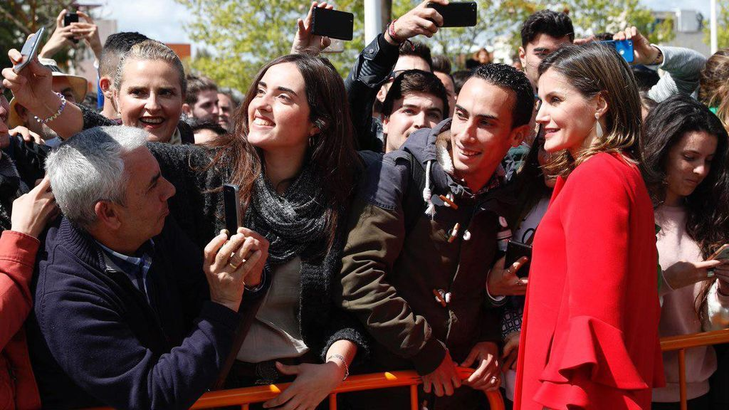Selfies, autógrafos y ovación: el baño de masas de Letizia en Huelva tras la polémica