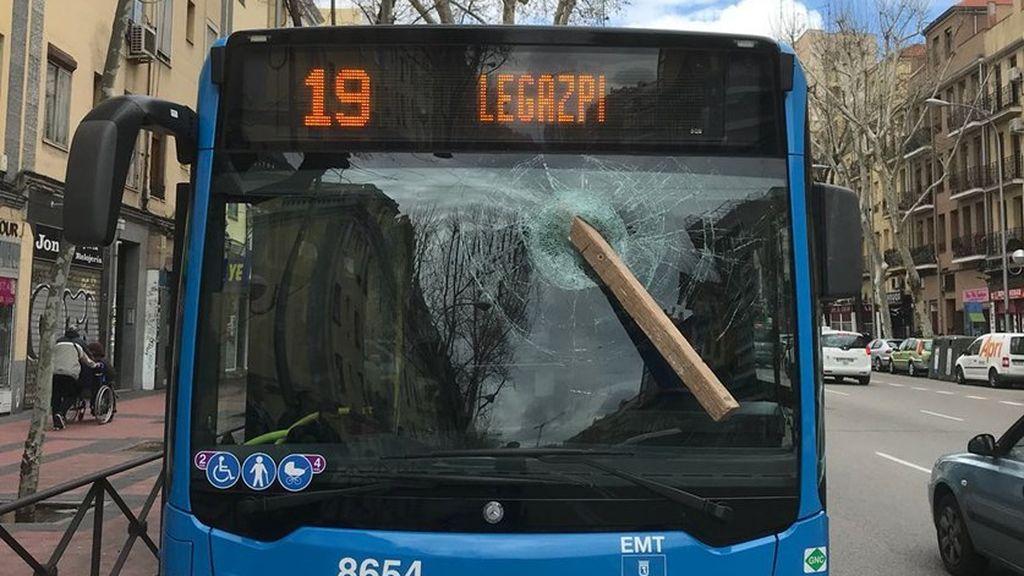 Agrede a un conductor de autobús de Madrid con un tablón de madera