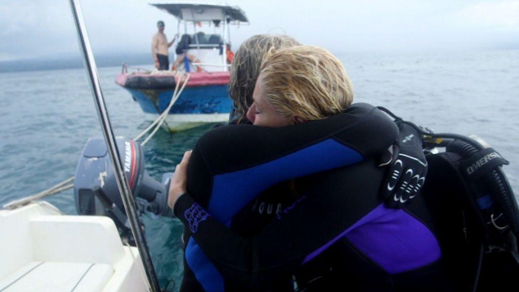 Belén Rueda y Jesús Calleja bucean en busca de un barco hundido.