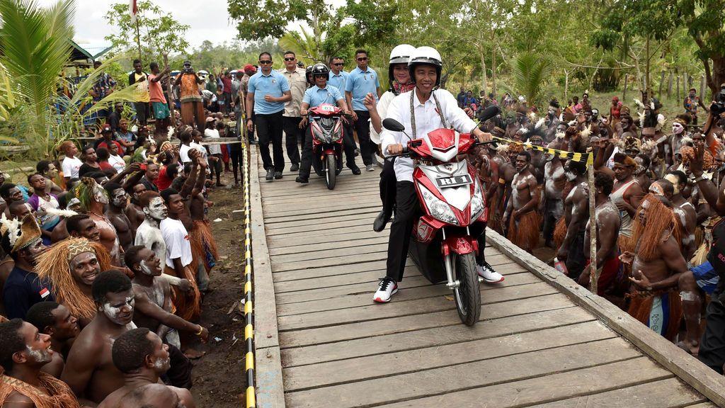 El presidente de Indonesia y su mujer en moto