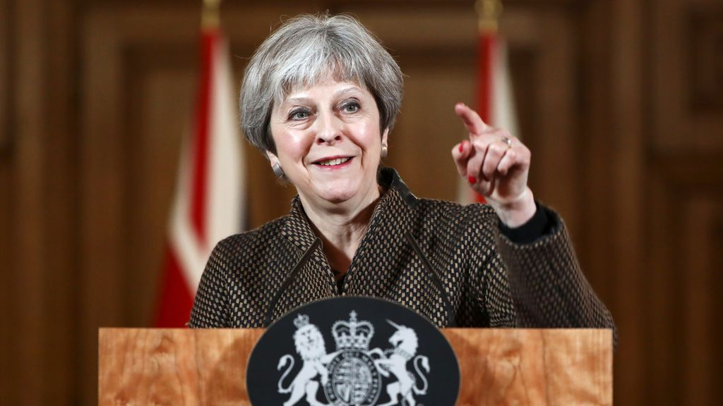 "May sostiene que la ofensiva es ""correcta y legal"" ante las ""barbaries"" de Al Assad"