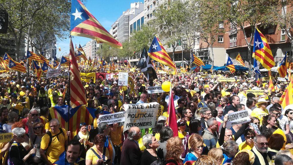 """Miles de personas se concentran en Barcelona por los presos soberanistas al grito de """"basta de rehenes"""""""